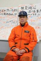 最後のベル212の操縦している菊地瑞穂機長=海上保安庁仙台航空基地で2015年12月2日、米田堅持撮影