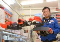東京・秋葉原の「スーパーラジコン」店長がドローンを飛ばして見せてくれた。「ドローン少年」の使用機と同型=2015年12月2日、中嶋真希撮影