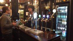 ロンドン市内のパブ。カウンターで注文し、その場でビールを注いでもらう=坂井隆之撮影