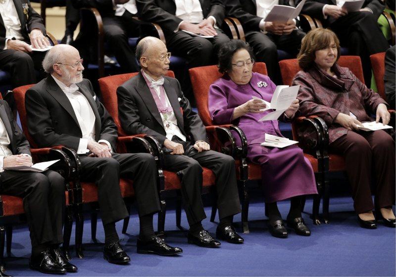 ノーベル賞授賞式:大村さん、梶田さんにメダルと証書贈呈 [写真特集11 ...