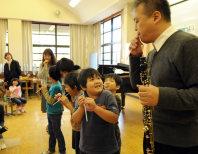 ストローをオーボエに見立てた「演奏」体験で、プロの技に驚きの表情を見せる子供たち=滋賀県東近江市曽根町の市立愛東南小で