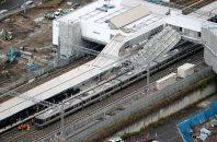 JR東海道線の摩耶駅建設現場で線路上に倒壊した足場(中央右)=神戸市灘区で11日午後2時32分、本社ヘリから貝塚太一撮影
