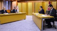 中間貯蔵施設について山田知事(右から2人目)と会談する関電の八木社長(左から2人目)=京都府庁で、野口由紀撮影