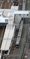 JR東海道線の摩耶駅建設現場で線路上に倒壊した足場=神戸市灘区で2015年12月11日午後2時32分、本社ヘリから貝塚太一撮影
