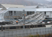 JR東海道線の摩耶駅建設現場で倒壊した足場=神戸市灘区で2015年12月11日午後2時51分、久保玲撮影