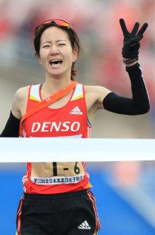 全日本実業団女子駅伝で3連覇を果たし、笑顔でフィニッシュするデンソーの橋本=仙台市陸上競技場で2015年12月13日、佐々木順一撮影
