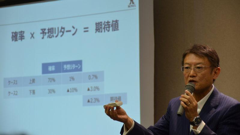 講演する広木隆さん=毎日ホールで12月9日、戸嶋誠司撮影