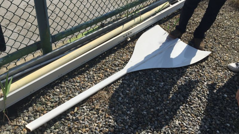 「暴走」で破壊された風車型風力発電機=チャレナジー提供