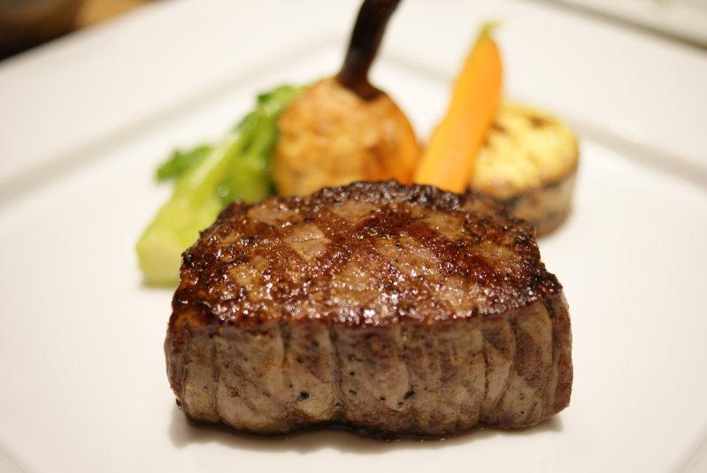 メインの肉料理「尾崎牛のグリエ〜季節の野菜添え〜」