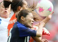 Homare Sawa competes for the ball despite having just recovered from an illness, in the women's soccer semifinal match between Japan and France at the London Olympics, on Aug. 6, 2012. (Mainichi)