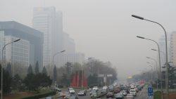 赤色警報が発令された翌日の北京市内。スモッグに覆われて見通しが悪い=2015年12月8日、井出晋平撮影