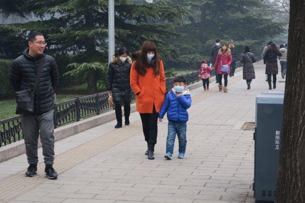 赤色警報のなか、マスクで自衛する北京市民