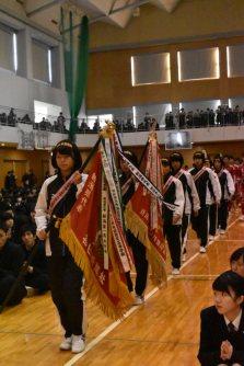 県大会の優勝旗を手に入場する陸上部の選手ら=新潟市江南区の新潟明訓高校で