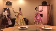 北朝鮮レストラン「海棠花」で歌を披露する従業員=北京市内で
