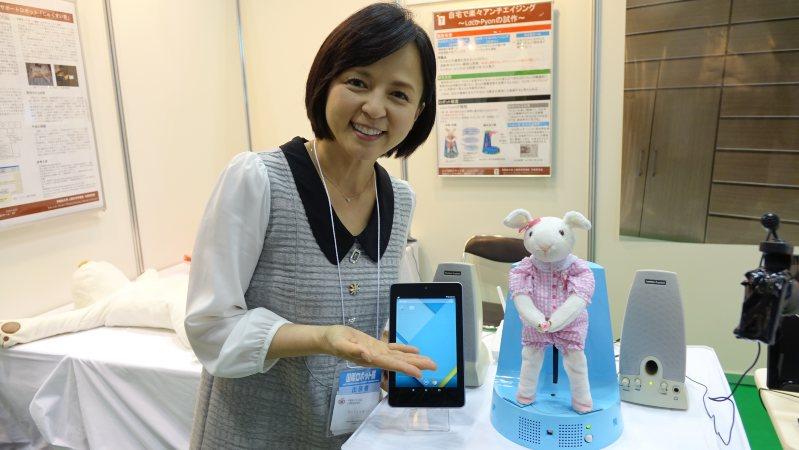 2015国際ロボット展に自作のロボットを出展した女優のいとうまい子さん