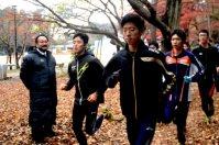 練習を見守る国学院久我山の有坂監督(左端)