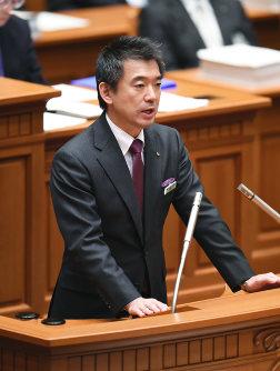 大阪市議会本会議であいさつする橋下徹市長=大阪市北区で2015年12月17日午後5時3分、久保玲撮影