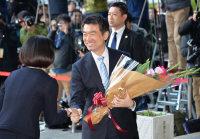 退任セレモニーで花束を受け取る橋下徹大阪市長=大阪市役所で2015年12月18日午後4時、加古信志撮影