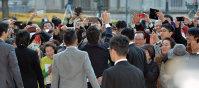 退任セレモニーに集まった人たちに手を振る橋下徹大阪市長(中央後ろ姿)=大阪市役所で2015年12月18日午後4時1分、森園道子撮影