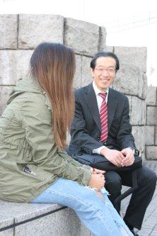 卒業生と話すキャリア支援担当の金澤信之教諭。「生徒を放っておけない」という気持ちが行動の原動力になる=横浜市で