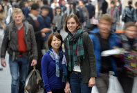 雑踏にたたずむ坂田さんとスティーガーさん。「どんな人も何らかの悩みはあるし、世の中にはいろんな人がいるからね」とスティーガーさん=京都市下京区で2015年11月、大西岳彦撮影