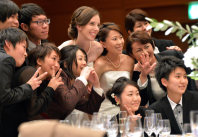 多くの友人たちに祝福された結婚パーティー=京都市下京区で2015年10月、大西岳彦撮影