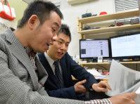 同性愛者であることを公表し、パートナーとして事務所を構える吉田さん(手前)と南さん=大阪市北区で2015年12月、大西岳彦撮影