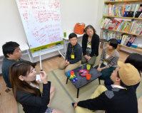 大阪市淀川区が主催する「コミュニティースペース」で車座になって話し合うLGBTの人たち=大阪市淀川区で2015年11月、大西岳彦撮影
