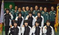 健闘を誓う県代表の新潟明訓の選手たち(前2列)と中越の選手たち=京都市右京区のハンナリーズアリーナ(京都市体育館)で