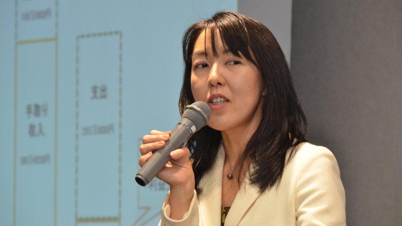 経済プレミアセミナーで講演する竹川美奈子さん=2015年12月9日、戸嶋誠司撮影