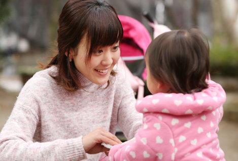 公園で娘と遊ぶ新川明日菜さん=東京都江戸川区で、小川昌宏撮影