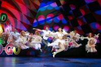 ビートルズの曲「I Saw Her Standing There」に乗り、踊る俳優たち=ニューヨークの劇場で2015年10月23日、misaki matsui提供