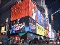 ミュージカルの広告が映し出される大型ビジョン=ニューヨークのタイムズ・スクエアで2015年11月8日午後5時18分、田中義郎撮影