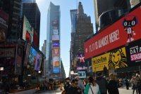 タイムズスクエア周辺には大規模劇場が並び、「ライオンキング」などミュージカル作品の広告が街を彩る=ニューヨークで2015年11月8日午後0時37分、田中義郎撮影
