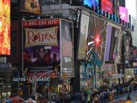 観光名所、タイムズ・スクエアの横を走るブロードウェー沿いには劇場やミュージカルの看板が並ぶ=ニューヨークで2015年11月8日午後0時31分、田中義郎撮影
