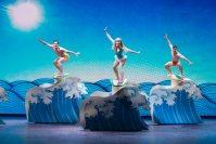 ミュージカル「トリップ・オブ・ラブ」で、主人公の若い女性が1960年代に迷いこみ波乗りに挑戦するシーン=ニューヨークの劇場で2015年10月23日、misaki matsui提供