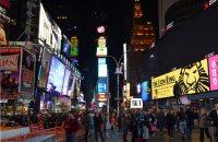 ブロードウェー・ミュージカルの広告や劇場の鮮やかな光で華やぐタイムズスクエア=ニューヨークで2015年11月8日午後5時31分、田中義郎撮影