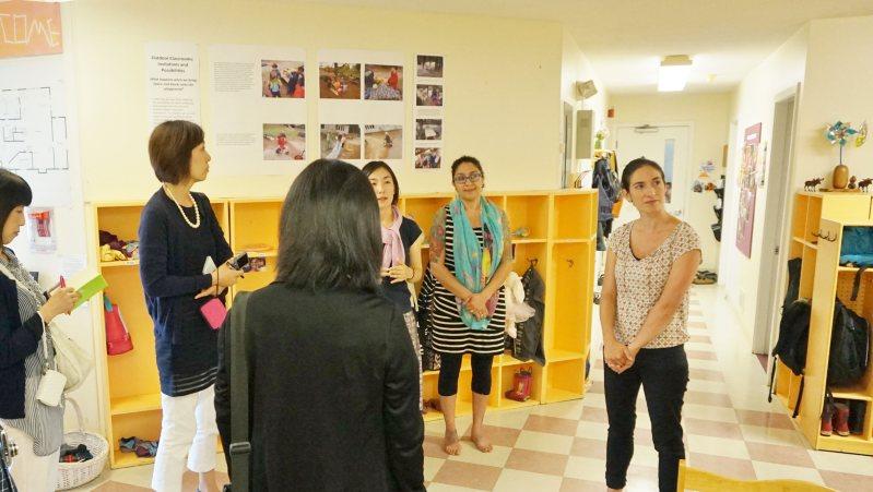 保育園を視察する研修参加者たち=ポピンズ提供