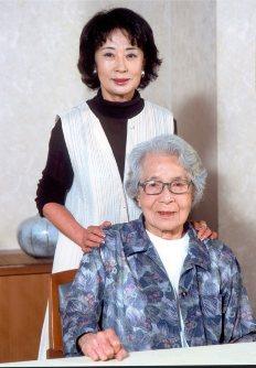 美容師・吉行あぐりさん(享年107歳、手前)と娘の吉行和子さん