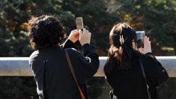 携帯電話のある風景=2015年12月7日、関口純撮影