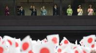 天皇誕生日の一般参賀で集まった人たちに、手を振って応えられる天皇ご一家=皇居で23日午前10時23分、丸山博撮影