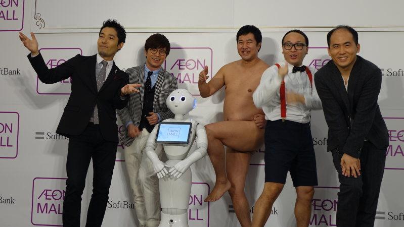 イオンモール幕張新都心で行われたイベントで、吉本芸人たちとからむペッパー