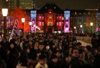 ライトアップされたJR東京駅舎=東京都千代田区で2015年12月24日午後5時17分、小出洋平撮影