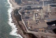完成した中部電力浜岡原発の防波壁=静岡県御前崎市で2015年12月26日午後4時50分、本社ヘリから望月亮一撮影