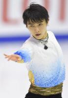 Figure skater Yuzuru Hanyu performs in the men's short program at the national championships at Makomanai Sekisui Heim Ice Arena in Minami Ward, Sapporo, on Dec. 25, 2015. (Mainichi)