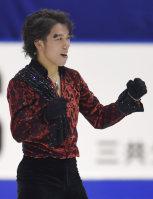 Figure skater Takahito Mura raises his fists after his short program performance at the national championships at Makomanai Sekisui Heim Ice Arena in Minami Ward, Sapporo, on Dec. 25, 2015. (Mainichi)