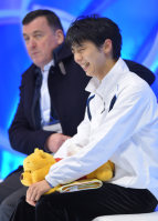 Figure skater Yuzuru Hanyu, right, smiles wryly after his short program performance at the national championships at Makomanai Sekisui Heim Ice Arena in Minami Ward, Sapporo, on Dec. 25, 2015. Sitting next to Hanyu is his coach, Brian Orser. (Mainichi)