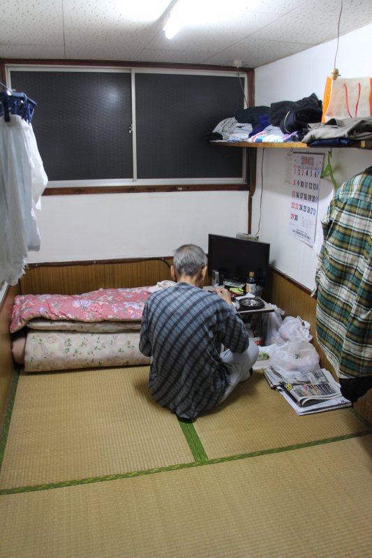 簡易宿泊所で暮らす高齢の男性。夕食はカップうどんだった=川崎市川崎区で、国本愛撮影