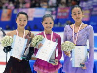 Satoko Miyahara, center, winner of the Japan Figure Skating Championships 2015 poses with second-place finisher Wakaba Higuchi, left, and third-place finisher Mao Asada during the event's awards ceremony, on Dec. 27, 2015, in Sapporo. (Mainichi)