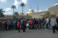 エジプトの首都カイロで、社会見学でムハンマド・アリー・モスク(奥)を訪れた子供たち=2015年12月1日午前10時50分、秋山信一撮影